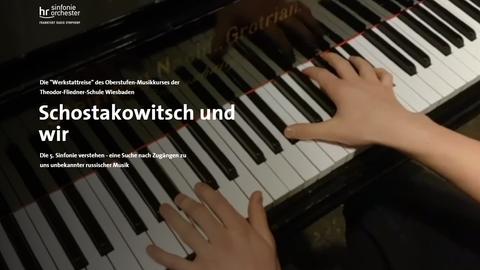 """Screenshot der Startseite der Multimedia-Dokumentation """"Schostakowitsch und wir"""": Ein Schüler spielt Klavier"""