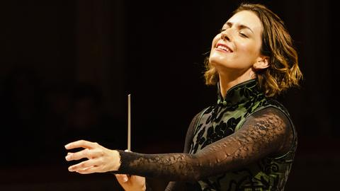 Alondra de la Para steht am Dirigentenpult