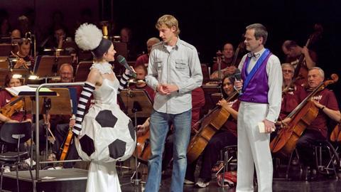 Moderatoren auf Bühne