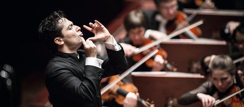 Andrés Orozco-Estrada dirgiert das hr-Sinfonieorchester
