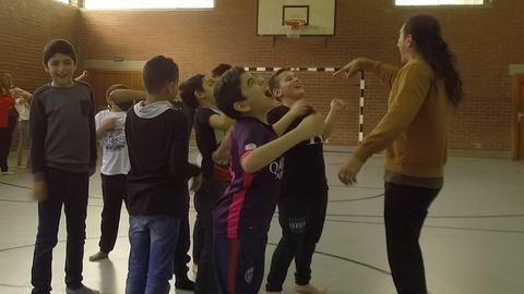 Schüler trommen sich wie Gorillas auf die Brust