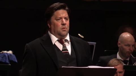 Mann auf Bühne