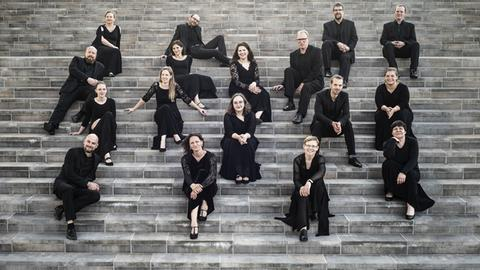 Musiker sitzen auf Treppe