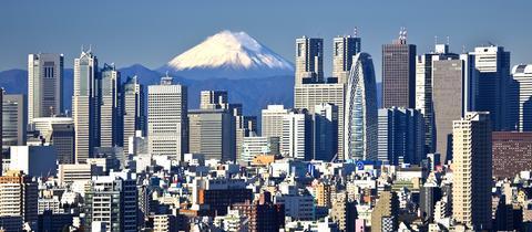 Blick auf die Skyline des Shinjuku District in Tokio mit Fujiyama im Hintergrund