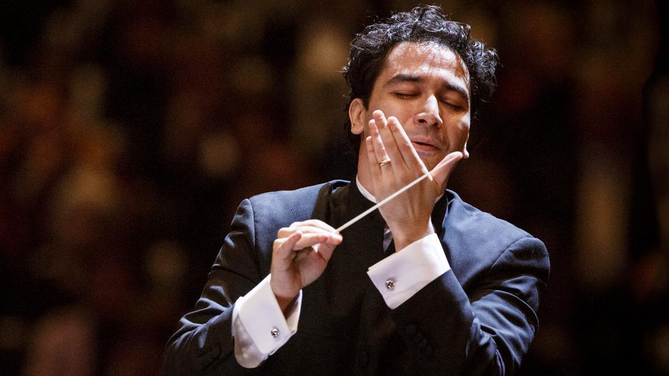 Andrés Orozco-Estrada noch bis zur Spielzeit 2020/21 in Frankfurt |  hr-sinfonieorchester.de