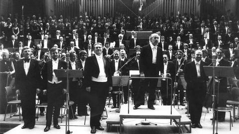 Erich Leinsdorf und das Orchester 1974 nach der Aufführung von Schönbergs »Gurreliedern« im Großen Sendesaal