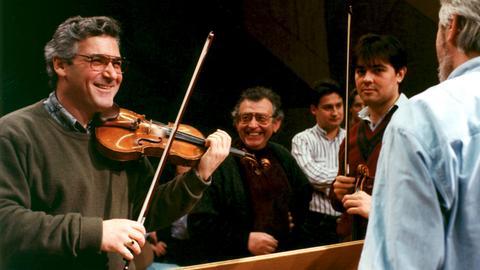 Pinchas Zukerman im Fachgespräch mit Geigern des Radio-Sinfonie-Orchesters Frankfurt, 1994.