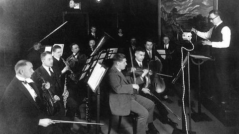 Reinhold Merten dirigiert 1926 bei einer Radio-Liveübetragung.