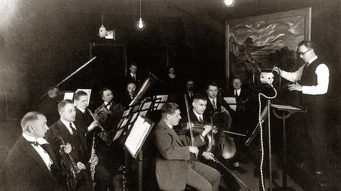 Reinhold Merten mit Musikern im Großen Senderaum von Radio Frankfurt, ca. 1926.