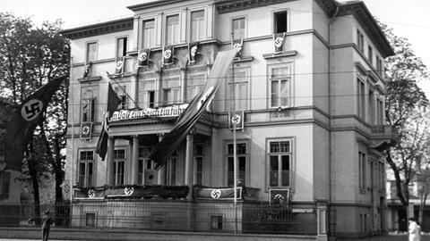 Der »Reichssender Frankfurt« nach der »Gleichschaltung«: Funkhaus mit Hakenkreuz-Fahnen