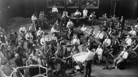 Hans Rosbaud und das »Frankfurter Rundfunk-Symphonie-Orchester« im Sendesaal des neuen Funkhauses in der Eschersheimer Landstraße.