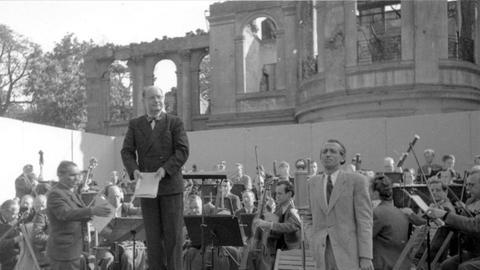 Open-Air-Konzert des »Großen Symphonie-Orchesters von Radio Frankfurt« unter der Leitung von Kurt Schröder, 1947
