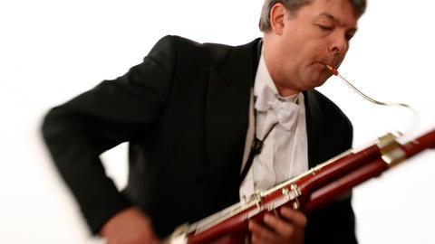 Mann spielt Fagott