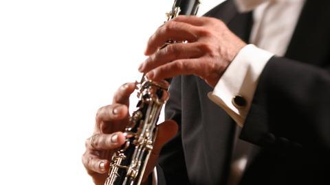 Mann spielt Klarinette