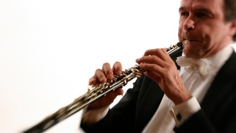 Mann spielt Oboe