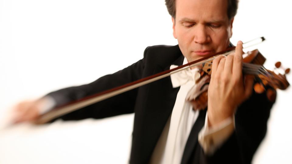 Mann spielt Geige