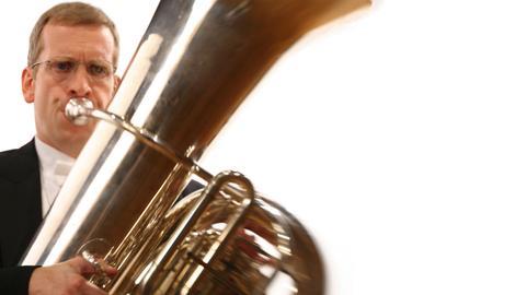 Mann spielt Tuba