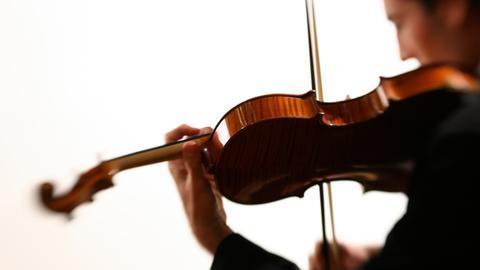 Musiker spielt Viola