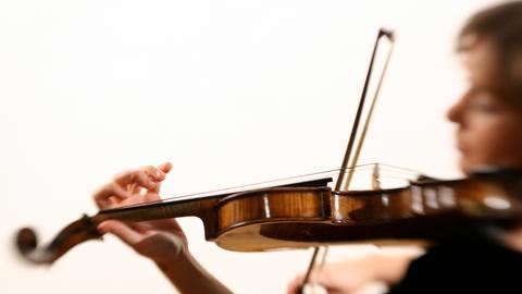Frau spoielt Geige